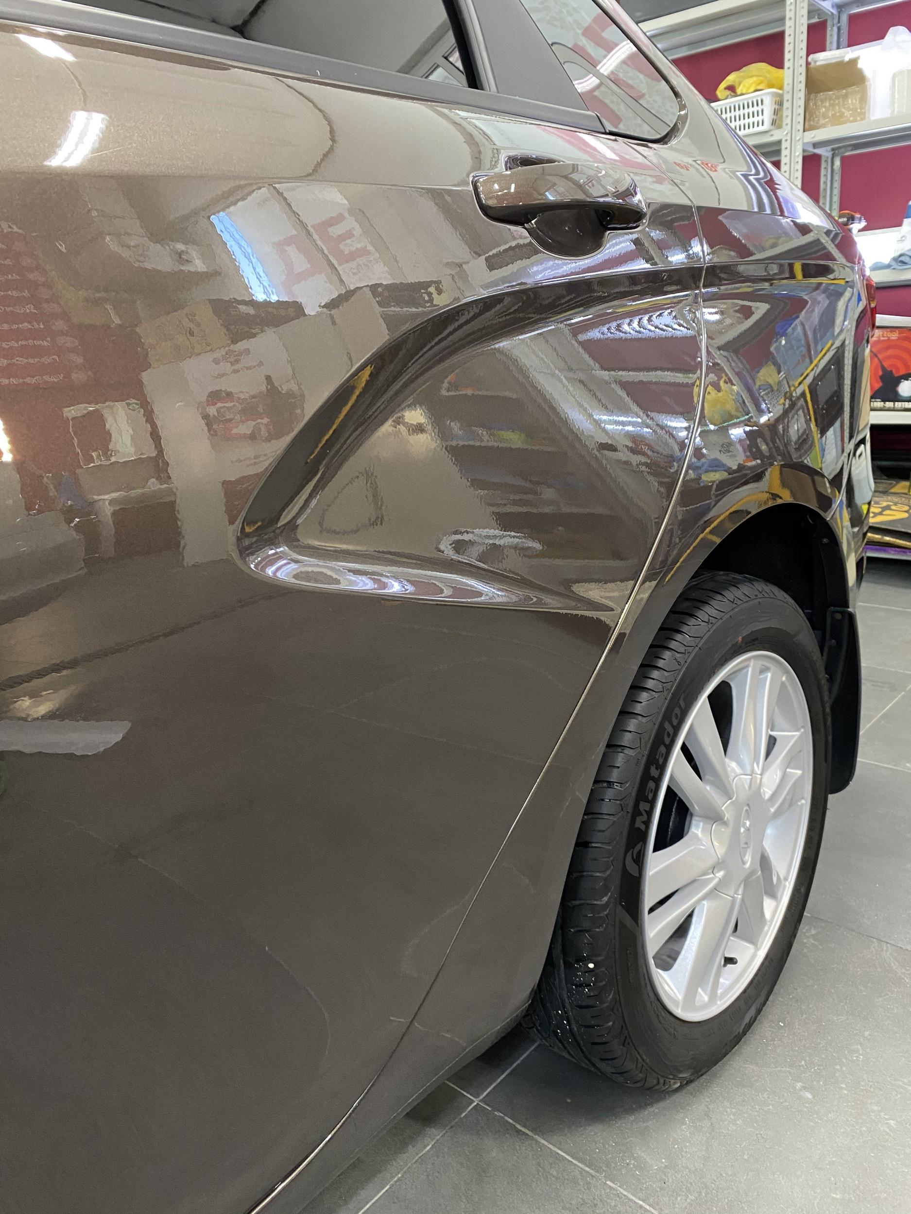Смотреть на фото автомобиль Лада Веста после бронирования зон риска антигравийной пленкой. Детейлинг-центр «DT GARAGE 33».