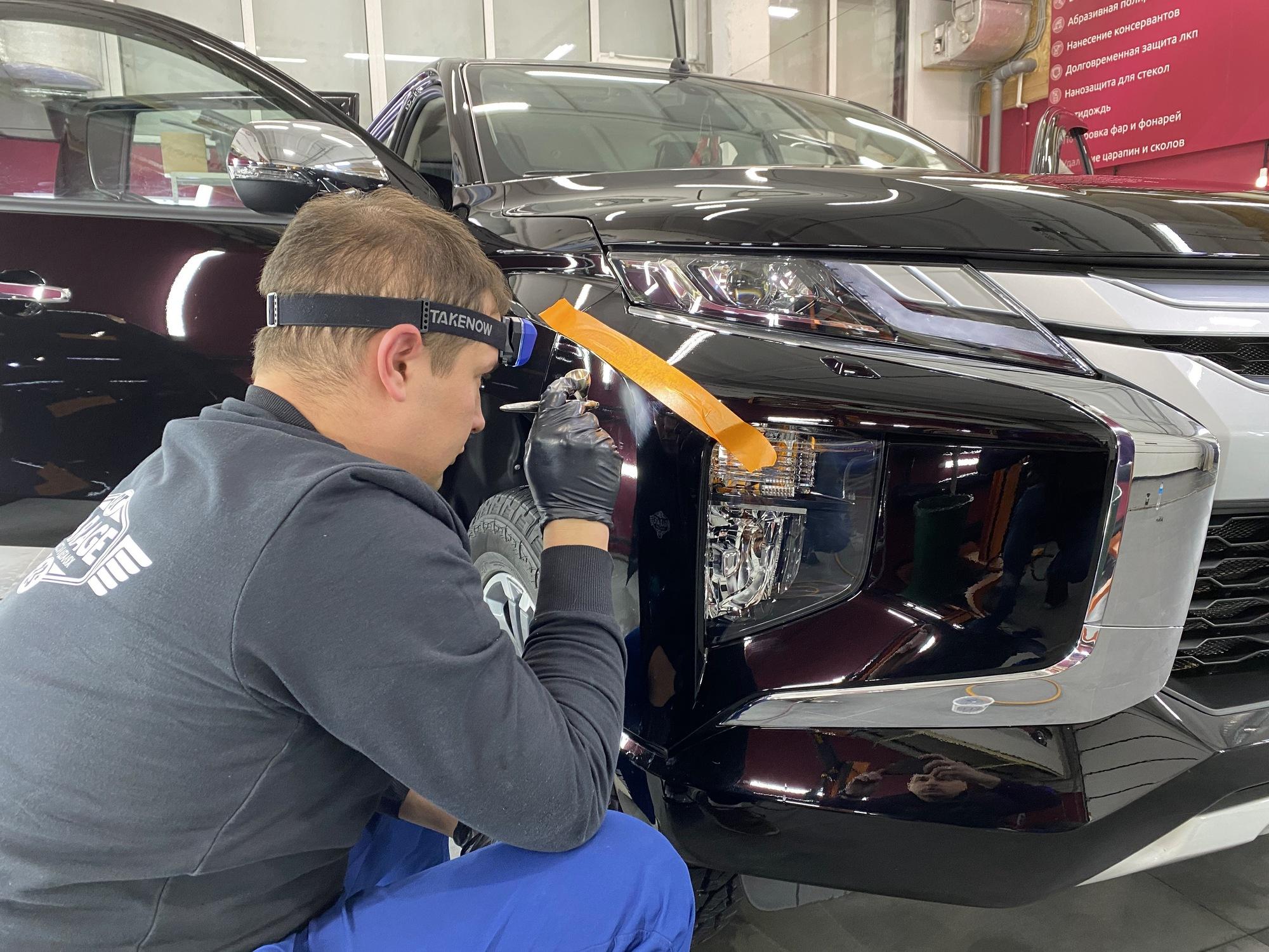 Смотреть на фото работу с аэрографом – выполняется ремонт повреждения на лкп автомобиля.