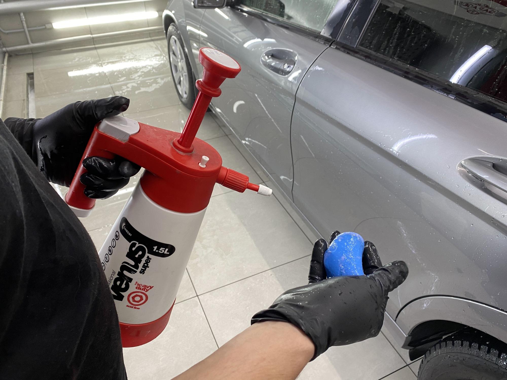 Смотреть на фото – чистка машины абразивной глиной.