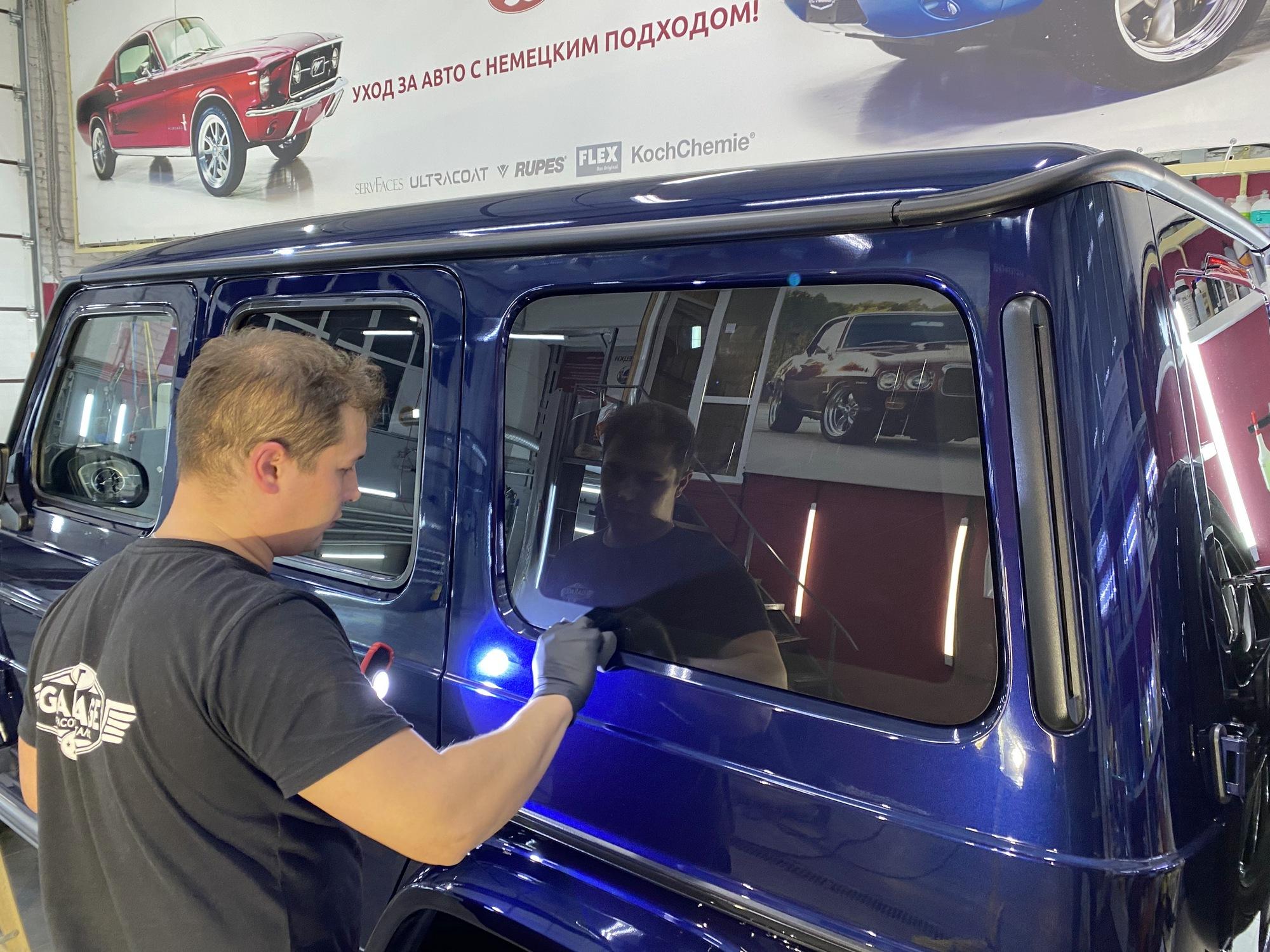 Смотреть на фото процесс обработки автомобиля Гелентваген жидким стеклом.