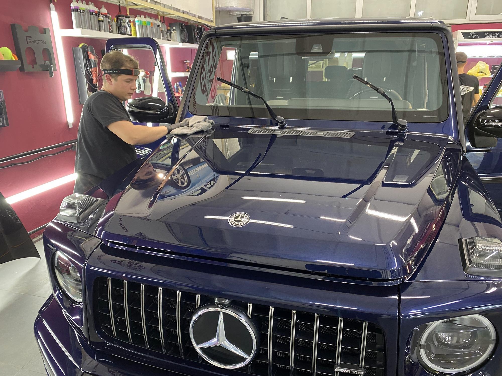 Смотреть на фото – процесс располировки жидкого стекла на автомобиле.