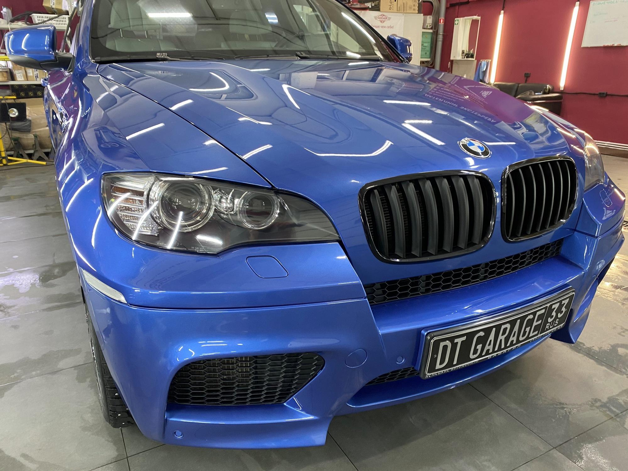 Смотреть на фото автомобиль BMW X6M синего цвета после обработки жидким стеклом.