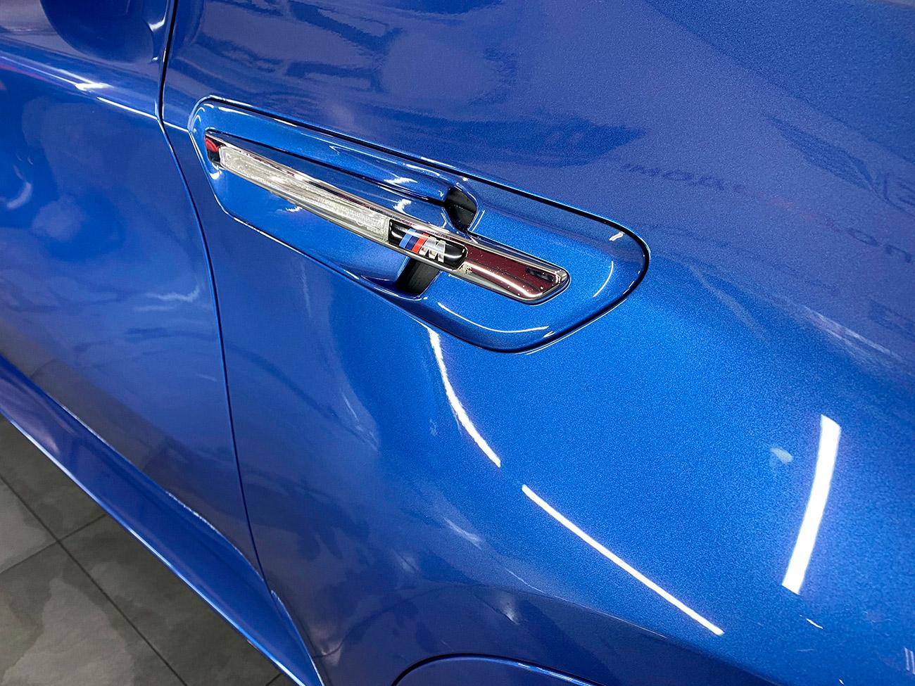 Лакокрасочное покрытие автомобиля БМВ X6M 2010 года после полировки. Фото крупным планом.