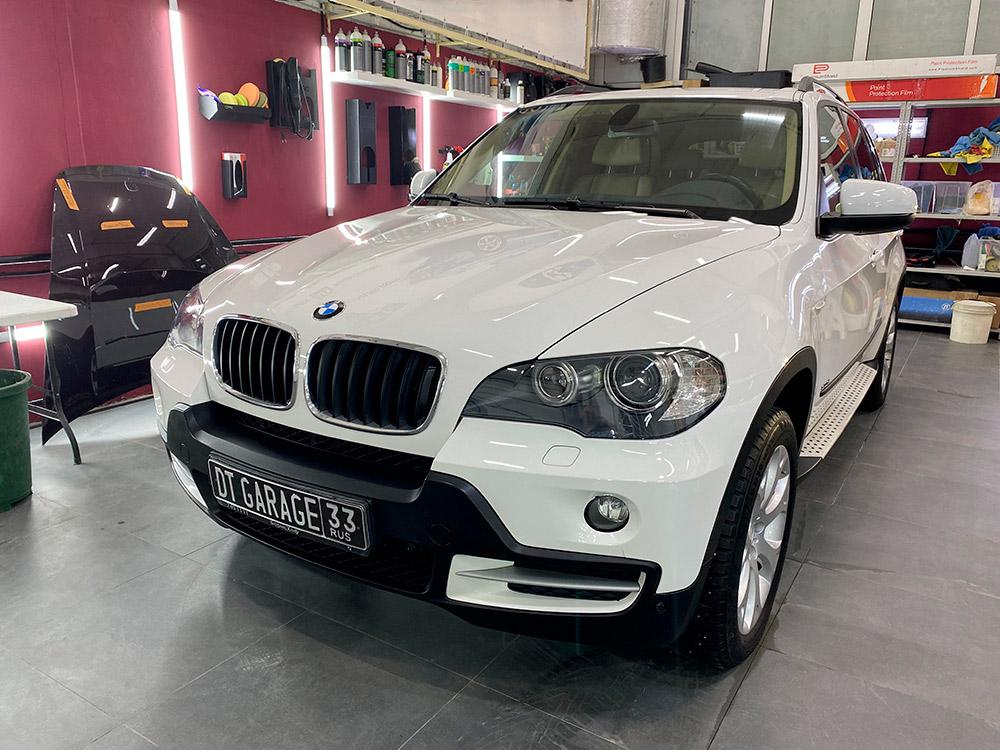 Смотреть на фото автомобиль BMW X5 2008 года в белом цвете. Отремонтировано более 200 сколов, выполнена локальная покраска элементов.
