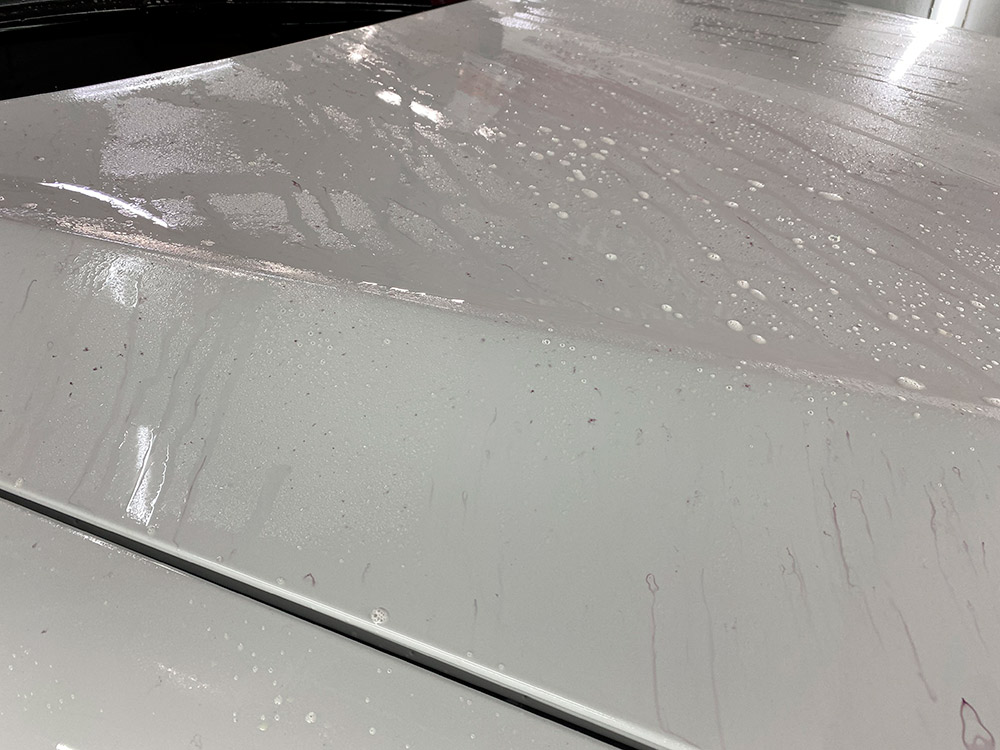 Деконтаминация колодочной пыли – смотреть на фото реакцию реагента на металлическую пыль.
