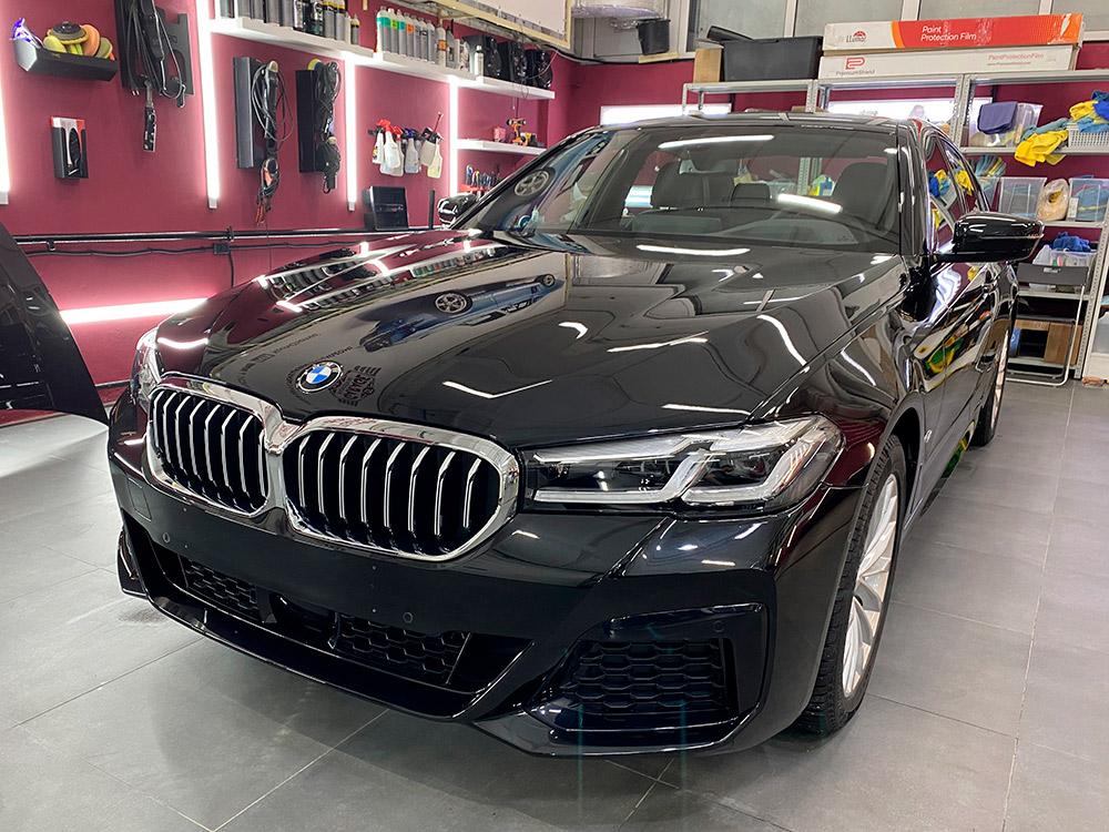 Фото машины черного цвета с установленной антигравийной защитой. Смотреть пример работы мастеров фирмы «DT GARAGE 33». Сделано в 2021 году.