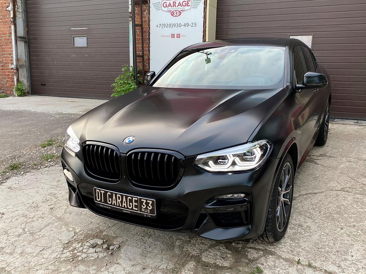 Смотреть на фото автомобиль BMW, оклеенный матовой полиуретановой пленкой в детейлинг-центре «DT GARAGE 33».
